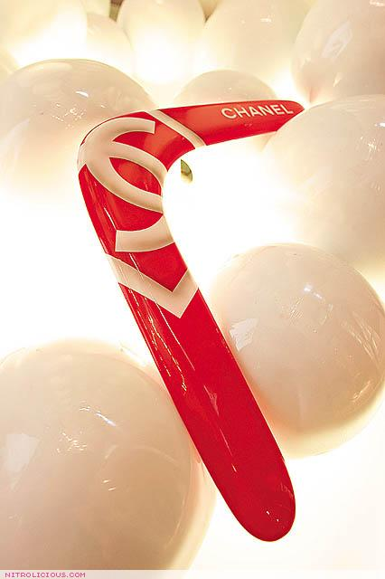Chanel làm ra chiếc boomerang giá 32 triệu đồng và nó đang khiến netizen bối rối vô cùng - Ảnh 4.