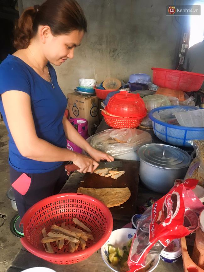 """Quán """"bánh canh ruộng"""" siêu rẻ ở Đà Nẵng, 20 năm qua khách phải chen chân để tự phục vụ - Ảnh 7."""