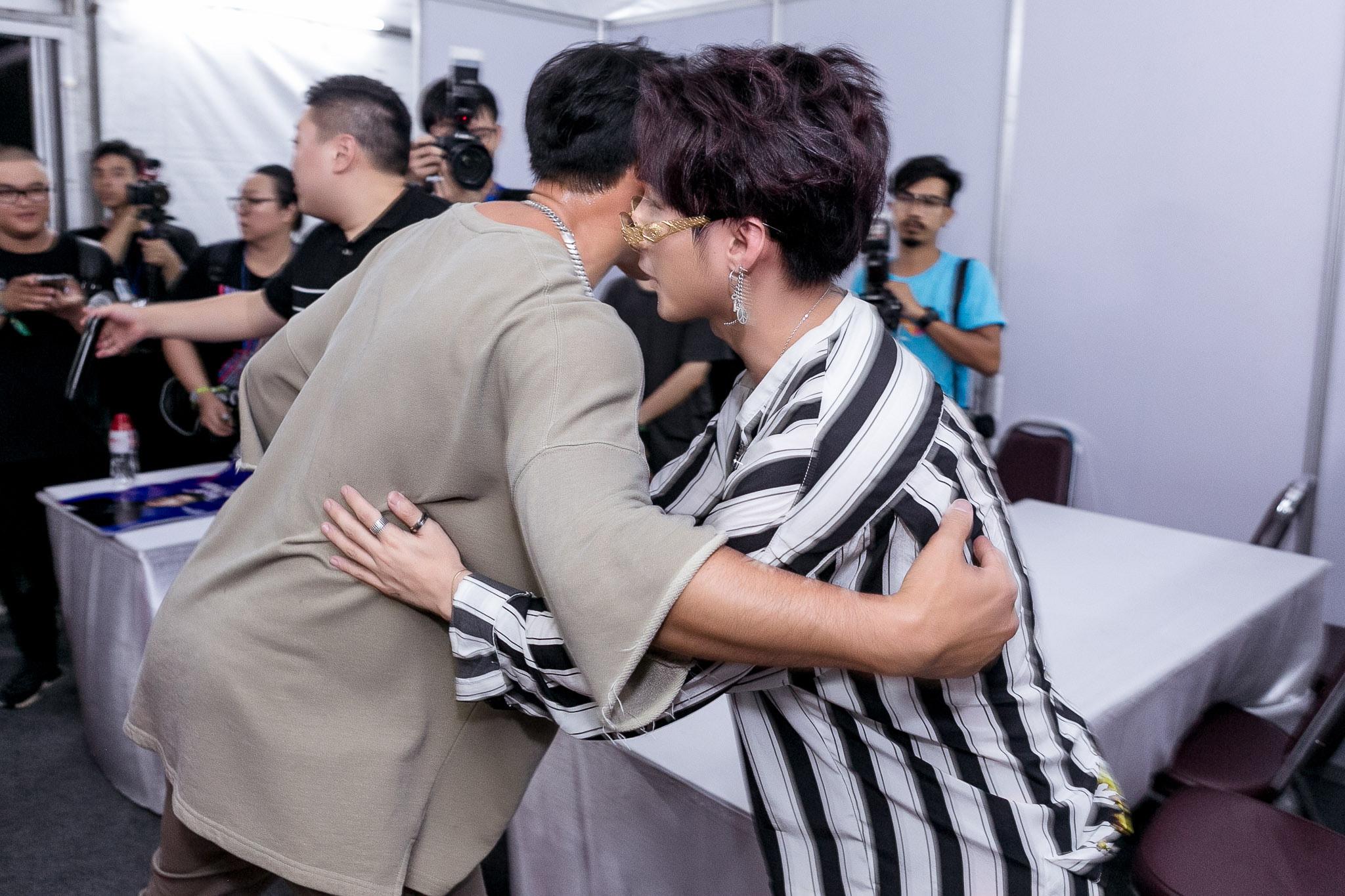 Sao Việt: Sơn Tùng M-TP bắt tay, ôm Bi Rain sau khi diễn xong đại nhạc hội tại Thái Lan