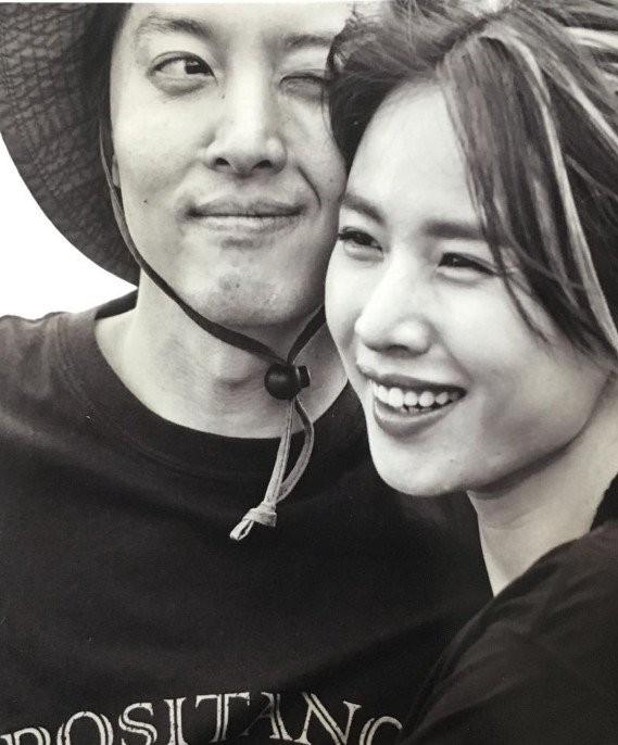 Jo Yoon Hee khoe ảnh bụng bầu bên chồng Lee Dong Gun: Thoát mác con ghẻ quốc dân vì quá hạnh phúc! - Ảnh 2.