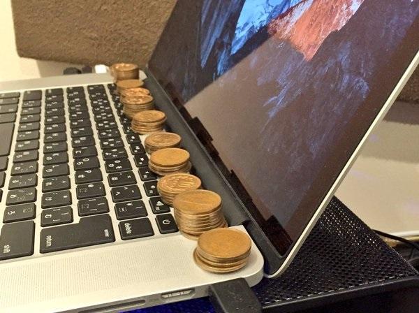 Bạn sẽ rất ngạc nhiên khi biết lý do người Nhật hay đặt đồng xu lên laptop thế này - Ảnh 1.