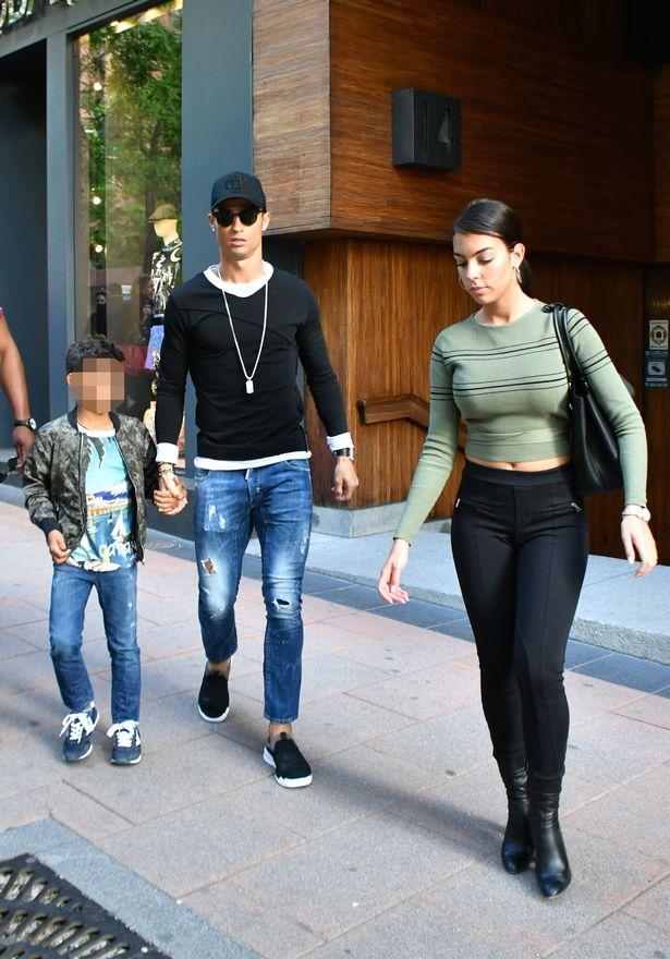 Ronaldo ăn mặc sành điệu đưa bạn gái và con trai đi mua sắm - Ảnh 2.