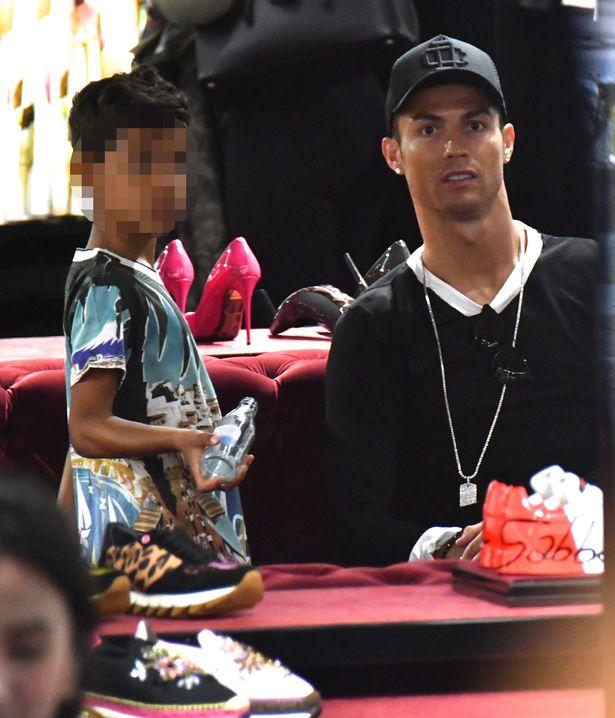 Ronaldo ăn mặc sành điệu đưa bạn gái và con trai đi mua sắm - Ảnh 3.