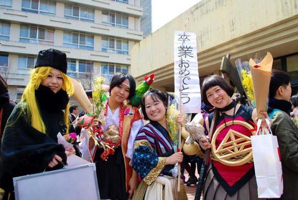 Ngày tốt nghiệp không khác gì lễ hội cosplay của sinh viên Nhật Bản! - ảnh 3