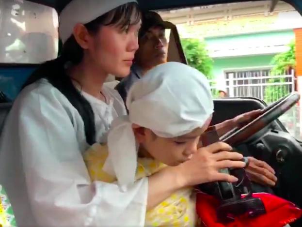 Lễ đưa tang diễn viên Nguyễn Hoàng: Trời đổ mưa, vợ trẻ nghẹn ngào nhìn di ảnh chồng trước giờ tiễn biệt - Ảnh 6.