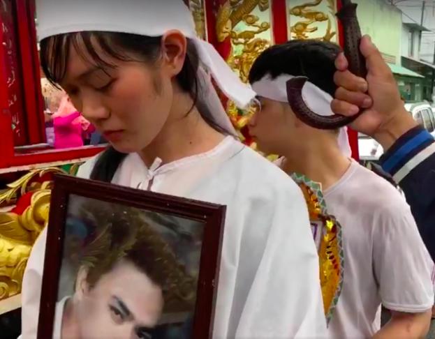 Lễ đưa tang diễn viên Nguyễn Hoàng: Trời đổ mưa, vợ trẻ nghẹn ngào nhìn di ảnh chồng trước giờ tiễn biệt - Ảnh 5.