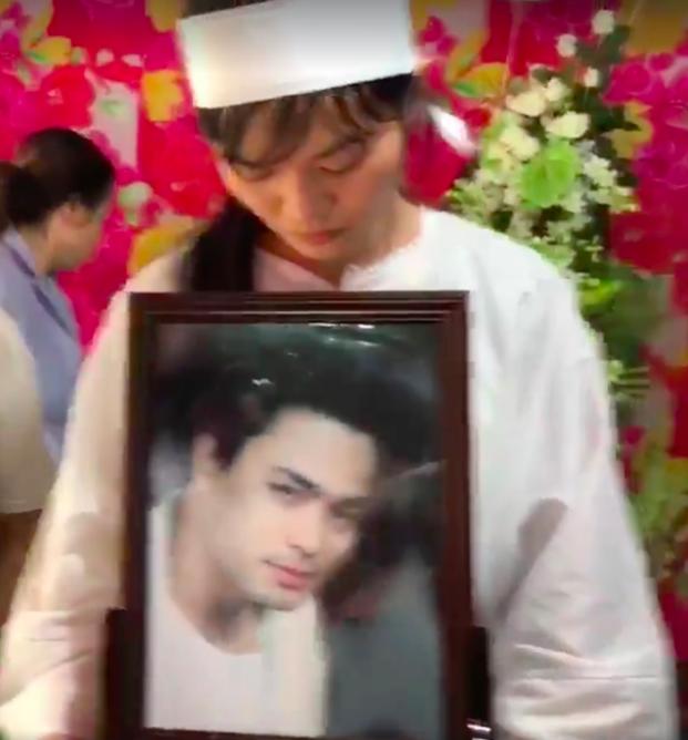 Lễ đưa tang diễn viên Nguyễn Hoàng: Trời đổ mưa, vợ trẻ nghẹn ngào nhìn di ảnh chồng trước giờ tiễn biệt - Ảnh 4.