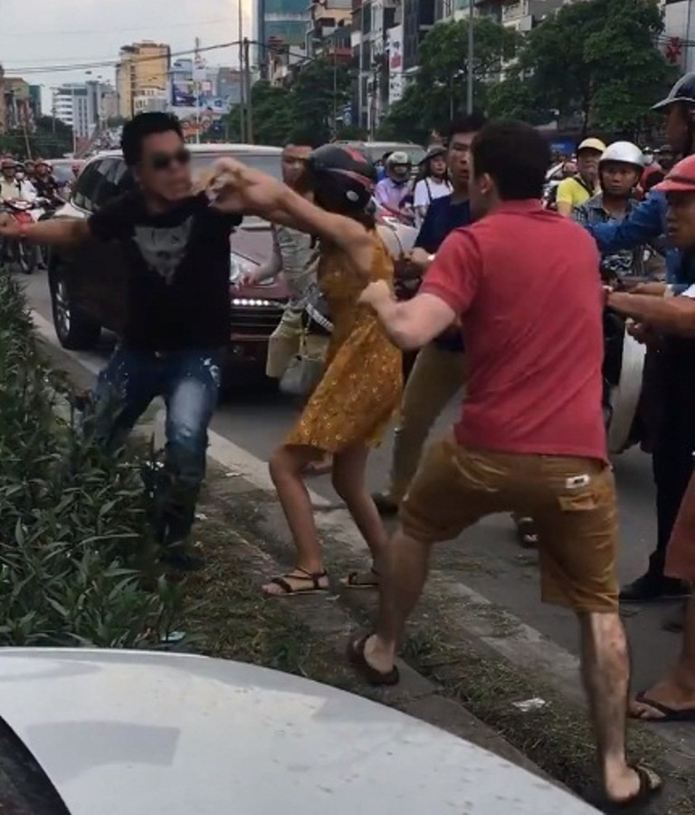 Hai thanh niên xăm trổ đánh người nước ngoài sau va chạm giao thông