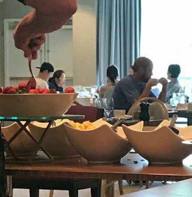 Lộ clip hiếm hoi Song - Song ăn sáng tại nhà hàng Mỹ trong chuyến du lịch chụp hình cưới - Ảnh 2.