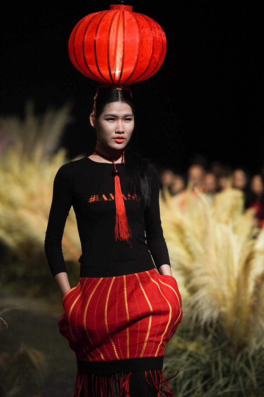 Thời trang: Đội hẳn bình nước lên đầu để biểu diễn đang là kiểu thời trang lạ nhất tại Việt Nam!