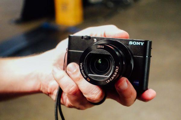 Selfie bằng smartphone xưa rồi, bạn phải dùng 5 máy ảnh này tự sướng mới đẹp và chất - ảnh 1