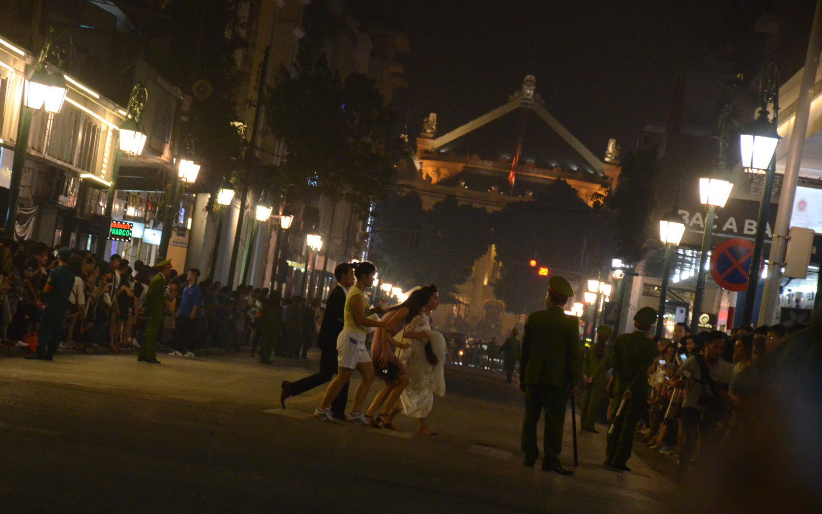 Nhiều cô dâu, chú rể bỏ chụp ảnh cưới để xem đoàn xe Tổng thống Donald Trump chạy trên phố Hà Nội