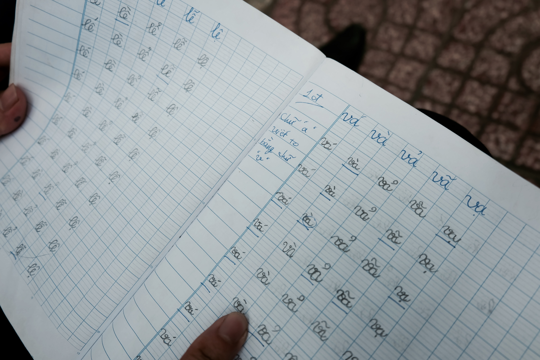 Đời sống: Anh nhân viên ngân hàng dành giờ nghỉ trưa mỗi ngày để dạy chữ cho cô bé vé số ngay trên vỉa hè Sài Gòn