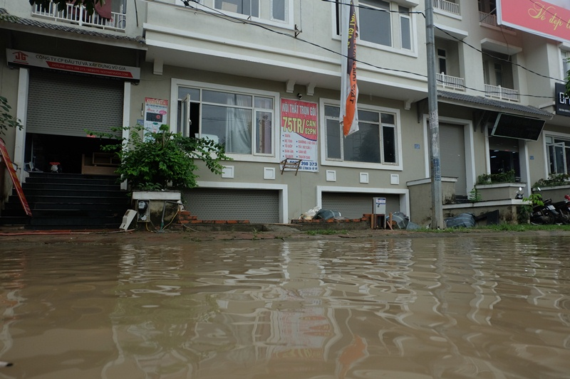 Đời sống: Hầm biệt thự tiền tỷ ở Hà Nội ngập nước mưa, người dân phải dùng máy bơm hút nước ra ngoài