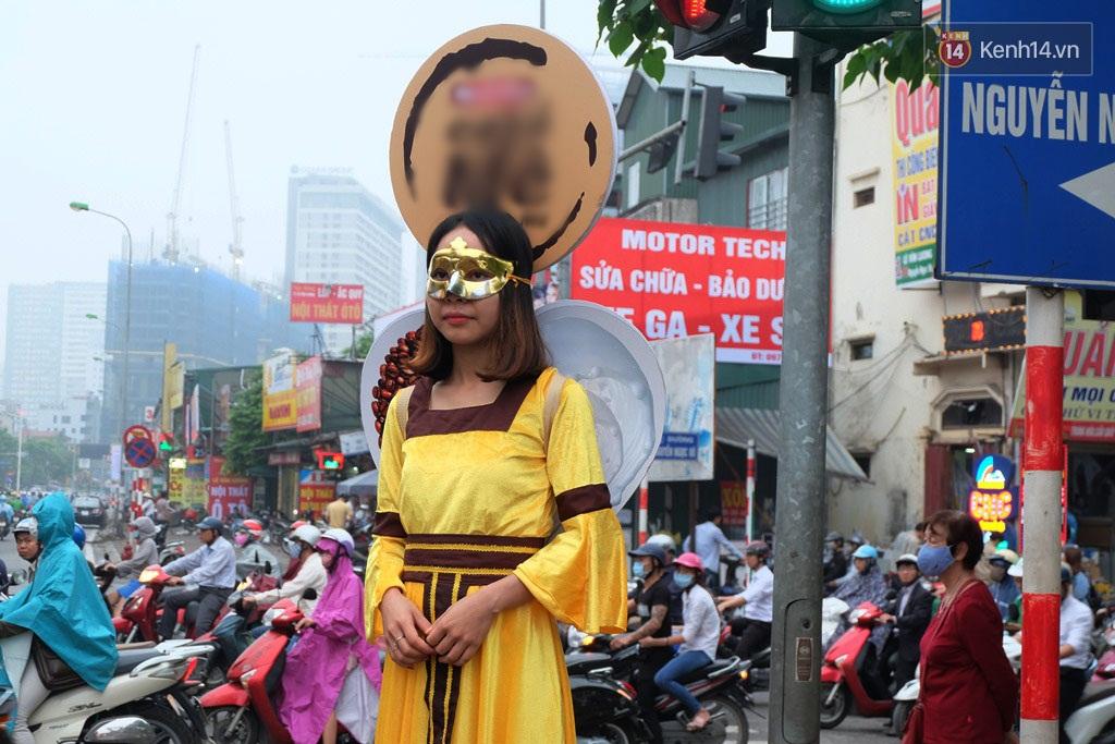 """Độc lạ: Những """"nàng tiên"""" đeo mặt nạ đứng bất động 4 tiếng trên đường phố Hà Nội để nhận 200.000 đồng"""