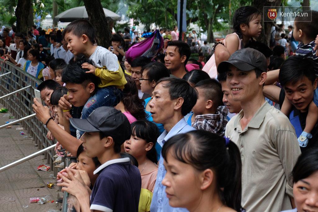 Hà Nội: Biển người chen chân ở vườn thú Thủ Lệ, ngồi la liệt trên bãi cỏ dịp nghỉ lễ 30/4