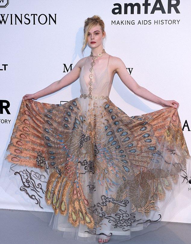 Tiên nữ giáng trần là câu miêu tả chính xác Elle Fanning tại LHP Cannes các năm! - Ảnh 12.