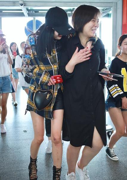 Dương Mịch nhõng nhẽo, ôm chặt trợ lý tại sân bay - Ảnh 4.