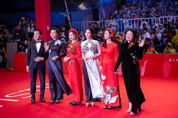Ninh Dương Lan Ngọc diện áo dài, dịu dàng khoe sắc cùng YoonA và Moon Geun Young - ảnh 3