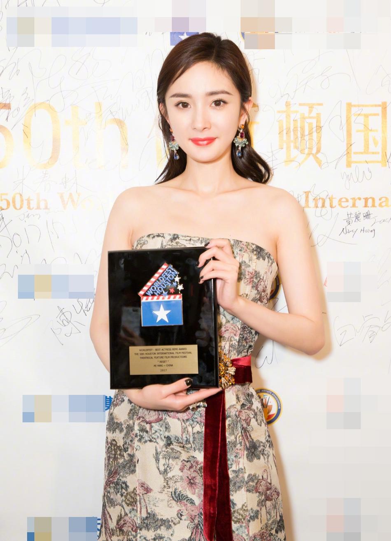 Sao Hoa Ngữ: Dương Mịch lấy lại phong độ, khoe dáng ngọc giành giải thưởng