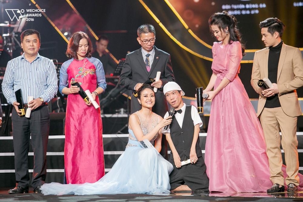 Những hành động nhỏ nhưng ý nghĩa của Đông Nhi trong đêm Gala WeChoice Awards đang được lan truyền mạnh mẽ!