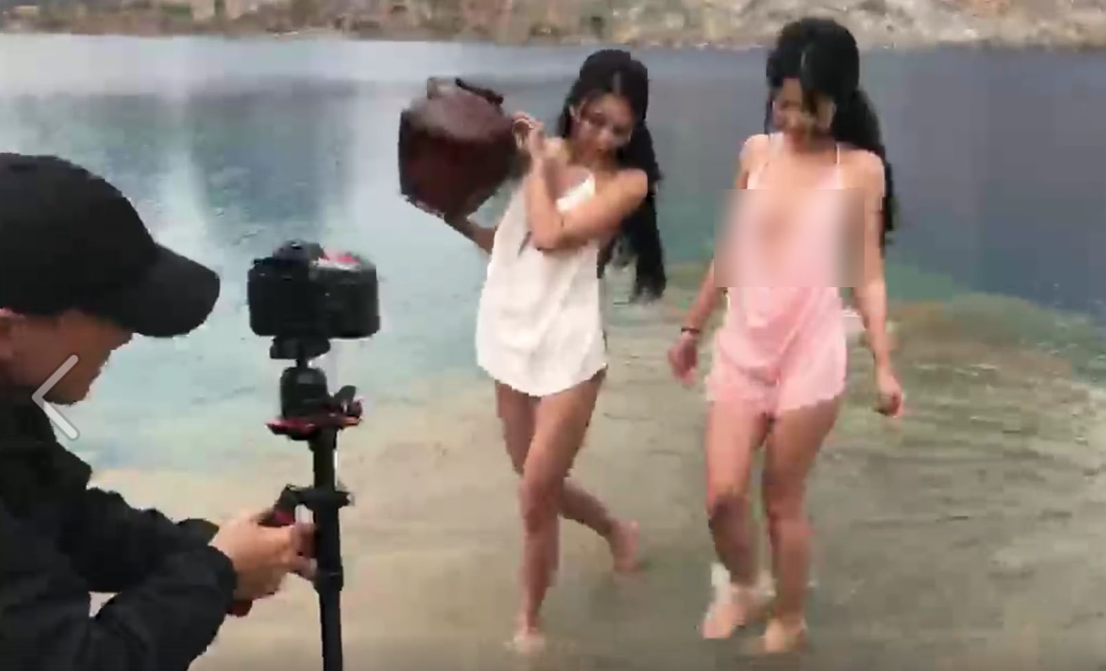 Những hình ảnh hậu trường của buổi chụp ảnh gợi cảm tại hồ nước xanh khiến dân mạng choáng váng