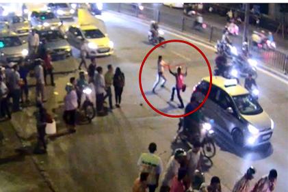 Clip: Tài xế taxi, GrabBike cầm dao và mã tấu đuổi chém nhau giữa đường phố Hà Nội - Ảnh 3.