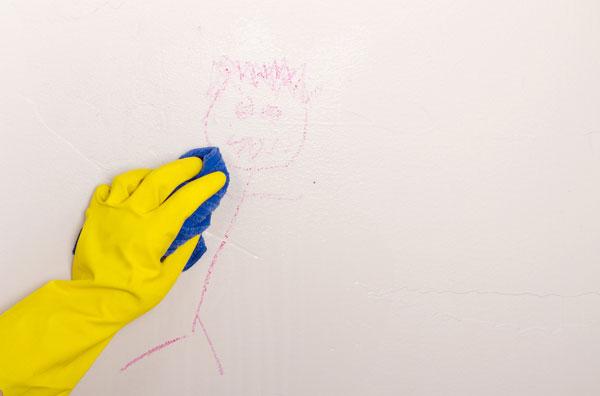 Lau bút sáp trên tường