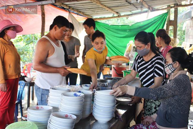 """Quán """"bánh canh ruộng"""" siêu rẻ ở Đà Nẵng, 20 năm qua khách phải chen chân để tự phục vụ - Ảnh 2."""