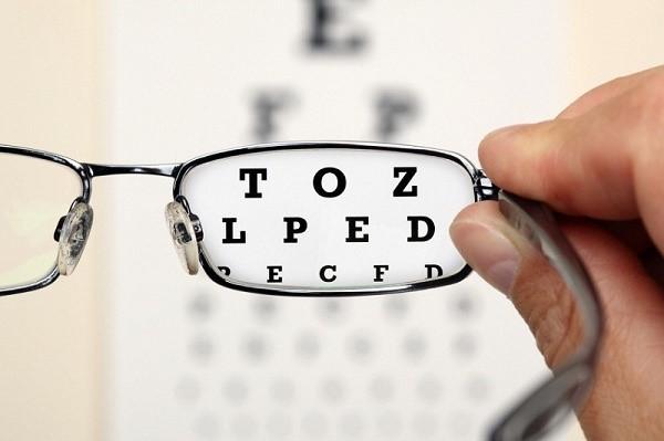 Có phải đeo kính sẽ khiến bạn ngày càng cận nặng thêm? - Ảnh 2.