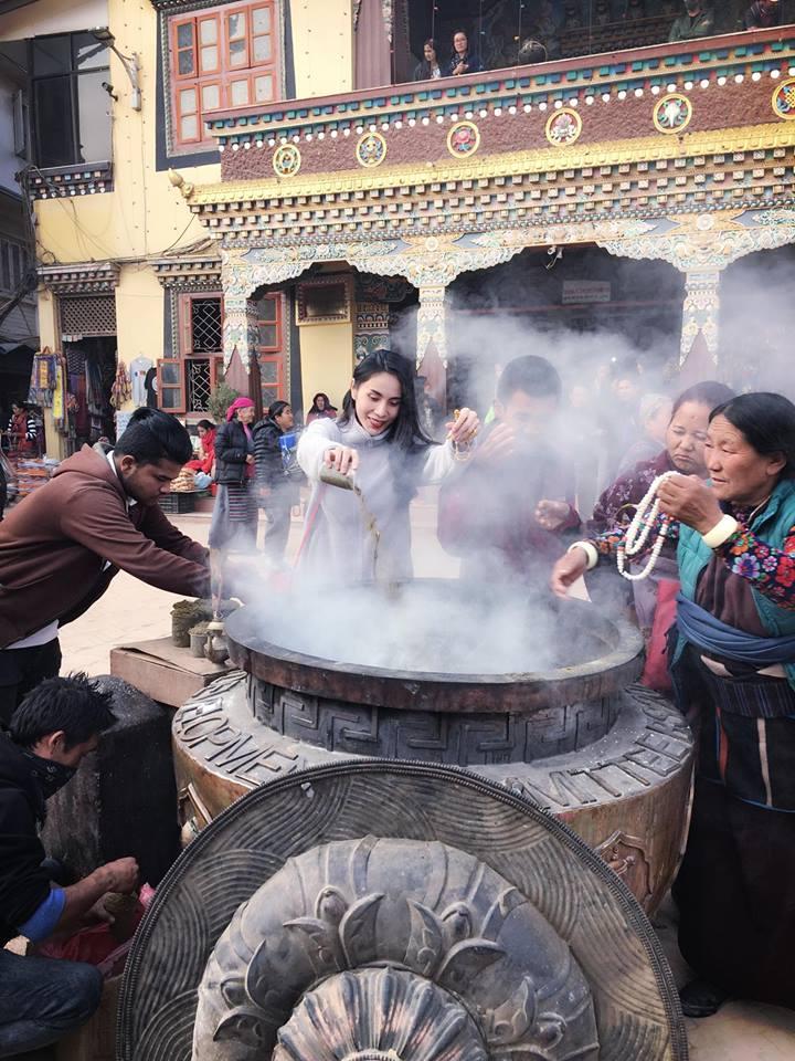 Vợ chồng Thuỷ Tiên, Công Vinh hành hương đất Phật đầu năm