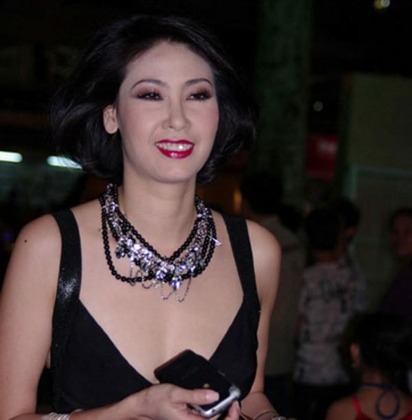 Hoa hậu Hà Kiều Anh vô tư không biết khoảnh khắc kém xinh của mình bị ống kính ghi lại.