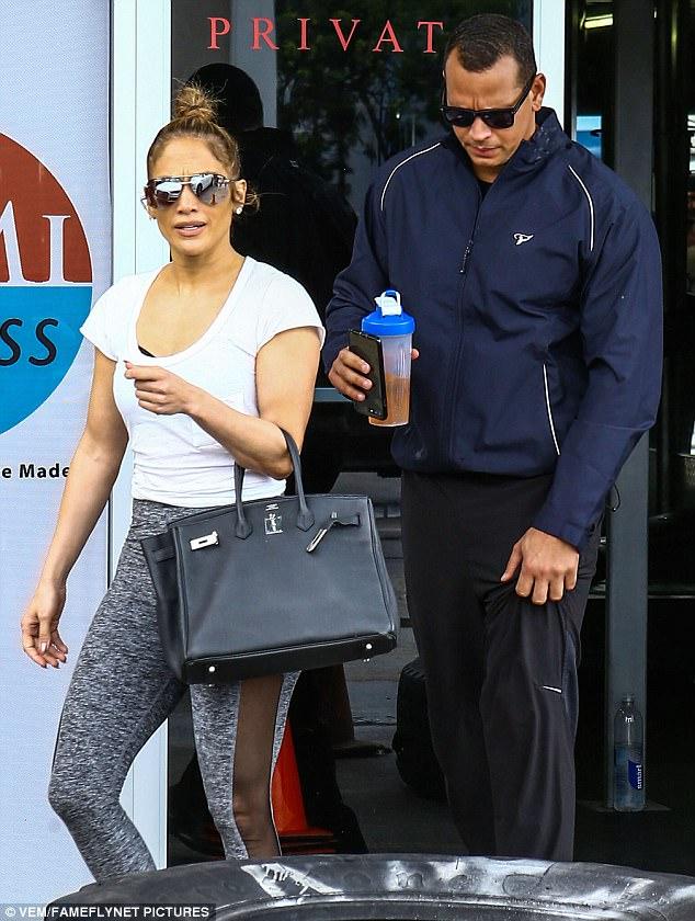 Hermes Birkin: Ngọc Trinh xách đi làm móng, nhà Kardashian thì mang đi... tập gym - Ảnh 19.
