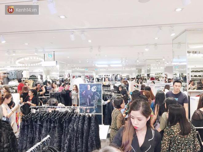 H&M vỡ trận ngày đầu mở bán vì hút toàn bộ giới trẻ Hà Nội, Zara đông ổn định với đối tượng lớn tuổi hơn - Ảnh 9.
