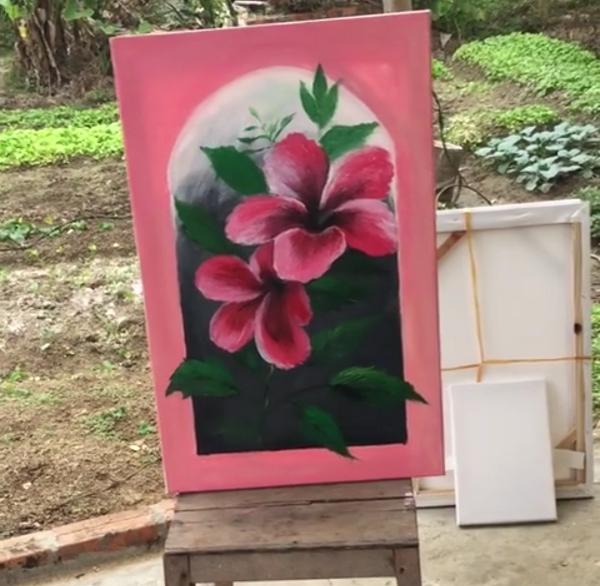 Hoàng Thùy khoe khả năng hội họa, trổ tài vẽ hoa dâm bụt cực ấn tượng - Ảnh 2.