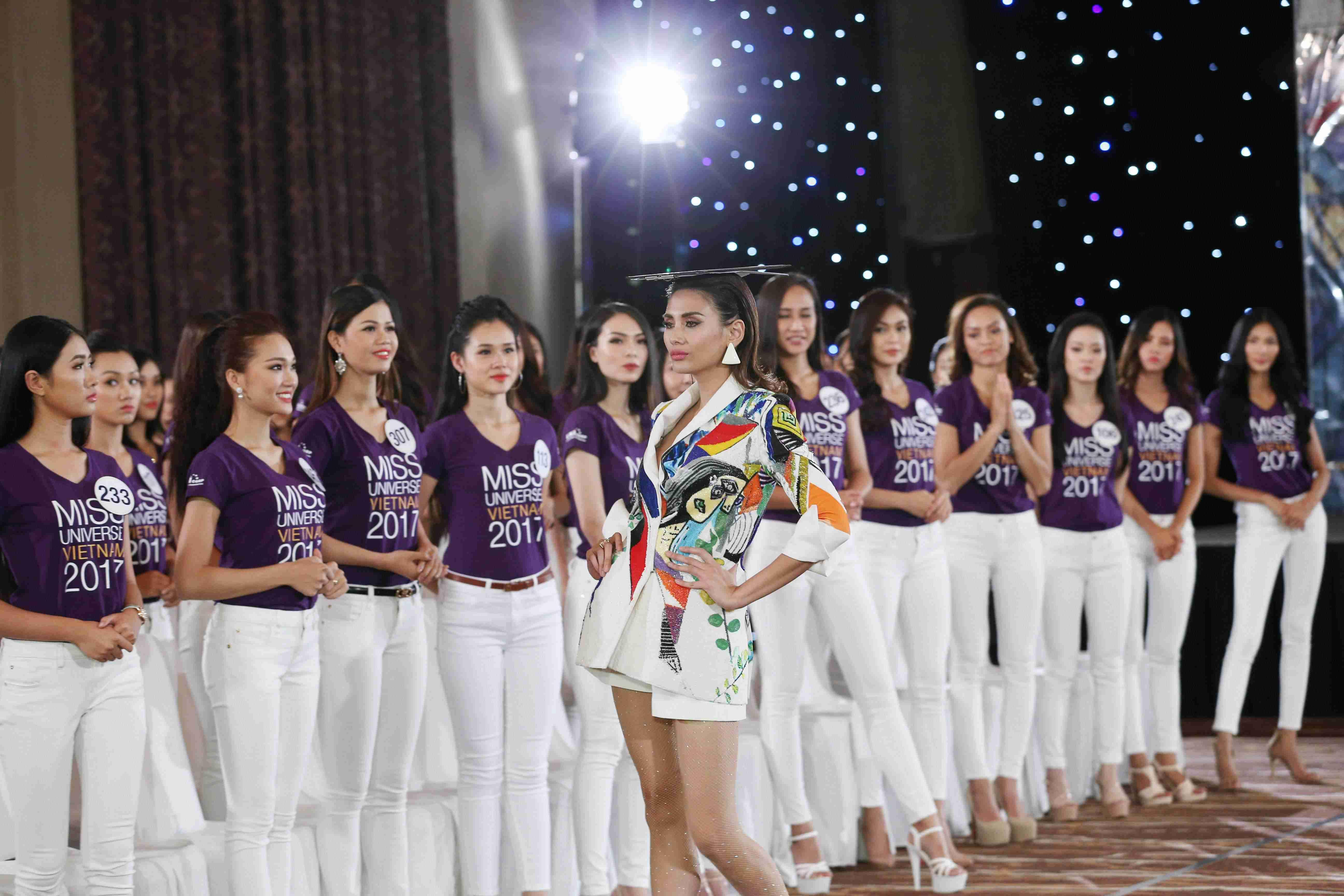 Thời Trang: Hoàng Thùy, Cẩm Tiên cực lộng lẫy trong trang phục dân tộc tại HHHVVN