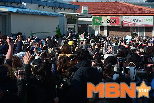 Mặc scandal hành hung, Kim Hyun Joong vẫn được hơn 1.500 fan đến đón ngày xuất ngũ - Ảnh 9.