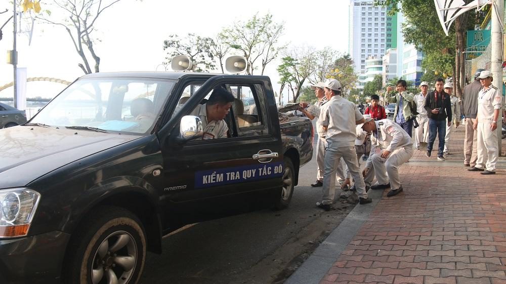 Ngày 9/3, UBND quận Hải Châu (TP Đà Nẵng) phối hợp với lực lượng quy tắc đô thị đã đồng loạt ra quân kiểm tra, phá bỏ hàng loạt công trình lấn chiếm vỉa hè đi bộ.