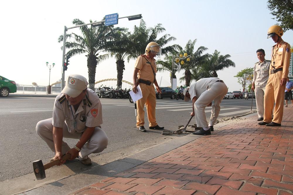 Hàng chục cán bộ, nhân viên của Đội quản lý đô thị quận Hải Châu cùng lực lượng Cảnh sát giao thông, dân phòng tham gia xử lý tình trạng lấn chiếm vỉa hè trái phép.