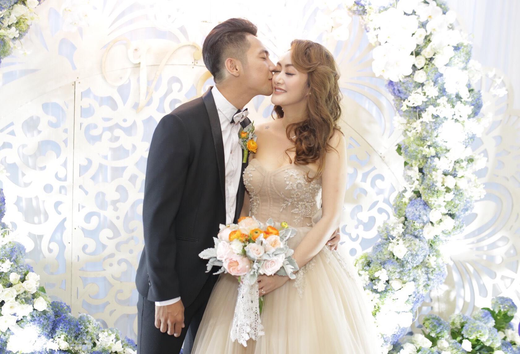 Sao Việt: Mai Quốc Việt và bà xã cùng tuổi liên tục hôn nhau ngọt ngào trong lễ cưới