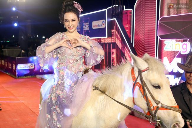 Nữ hoàng thảm đỏ Angela Phương Trinh chơi lớn cưỡi ngựa lên thảm đỏ - Ảnh 1.