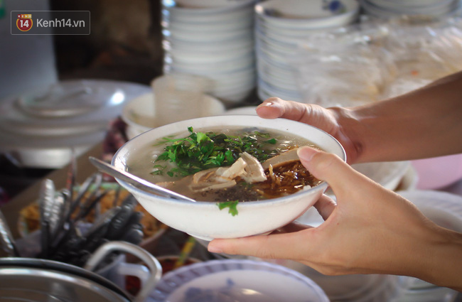 """Quán """"bánh canh ruộng"""" siêu rẻ ở Đà Nẵng, 20 năm qua khách phải chen chân để tự phục vụ - Ảnh 3."""