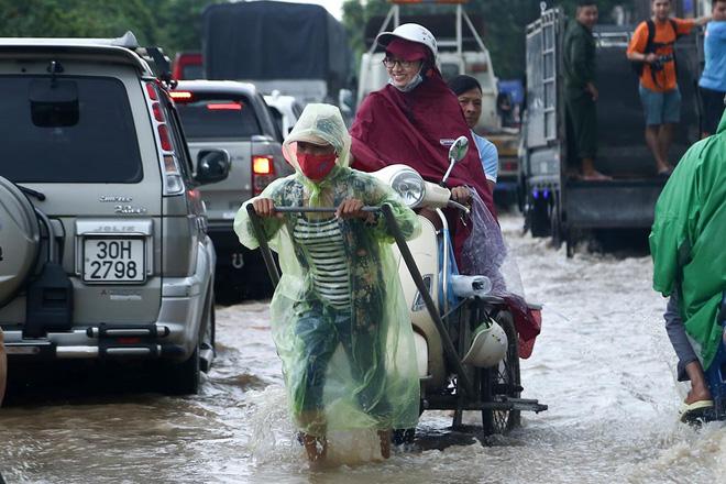 Chùm ảnh: Ngày Hà Nội ngập nặng sau mưa lớn, nghề giải cứu người và xe lại lên ngôi - ảnh 8