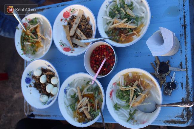"""Quán """"bánh canh ruộng"""" siêu rẻ ở Đà Nẵng, 20 năm qua khách phải chen chân để tự phục vụ - Ảnh 4."""