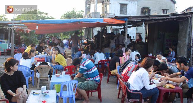 """Quán """"bánh canh ruộng"""" siêu rẻ ở Đà Nẵng, 20 năm qua khách phải chen chân để tự phục vụ - Ảnh 1."""