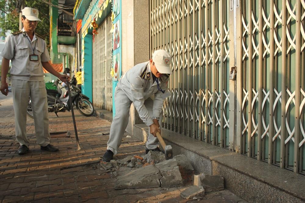 Đội quản lý đô thị đã phá bỏ một bậc thềm lấn chiếm vỉa hè tại Xí nghiệp Môi trường Hải Châu 1 (thuộc Cty CP Môi trường Đô thị Đà Nẵng).