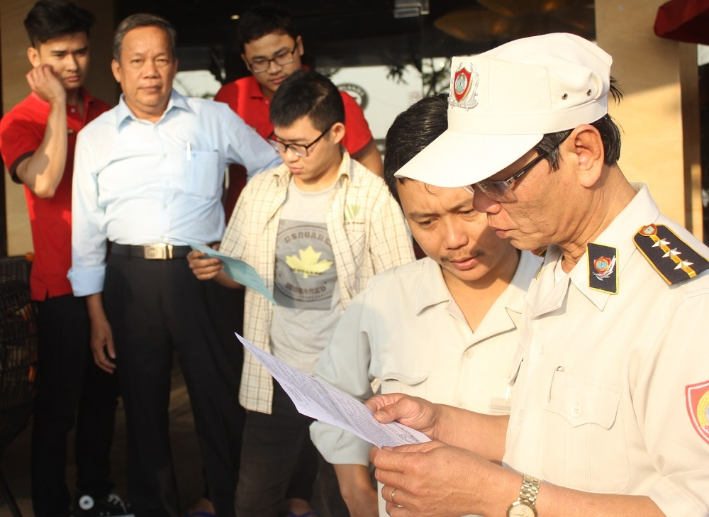 Ông Huỳnh Văn Rân, Đội trưởng Đội Quy tắc đô thị quận Hải Châu đang tuyên truyền và nhắc nhở người dân không được xây dựng các công trình lấn chiếm vỉa hè.