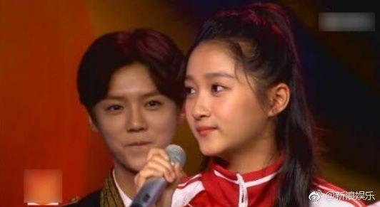 Đây chính là ánh mắt đắm đuối của Luhan dành cho bạn gái kém 7 tuổi trước khi công khai tình cảm - Ảnh 1.