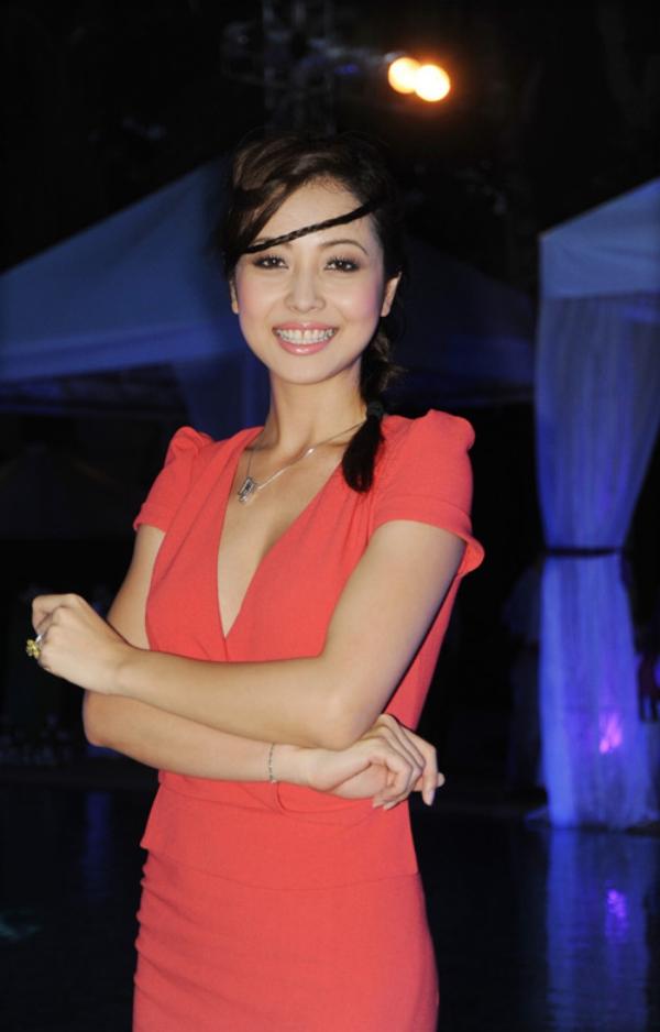 Màu son cam nude khiến hàm răng của Jennifer Phạm bị ố màu đi.