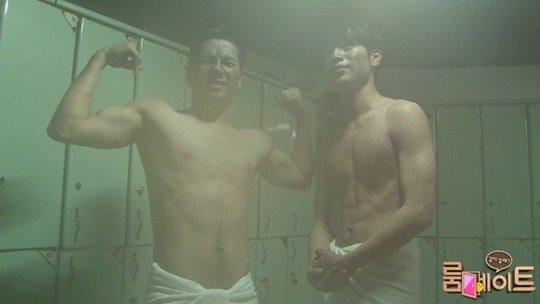"""Đôi bạn cùng phòng Seo Kang Joon và Jackson (GOT7) từng có màn khoe thân khá hấp dẫn ở nhà tắm công cộng trong """"Roommate"""""""
